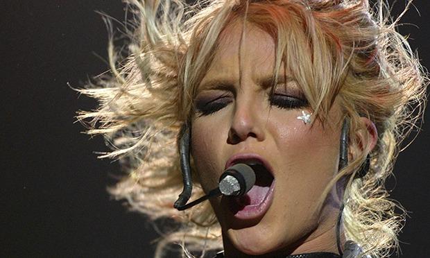 Jatuh di Atas Panggung, Britney Spears Meringis Kesakitan