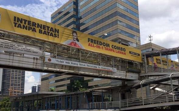 Reklame di JPO Tak Berizin Diturunkan