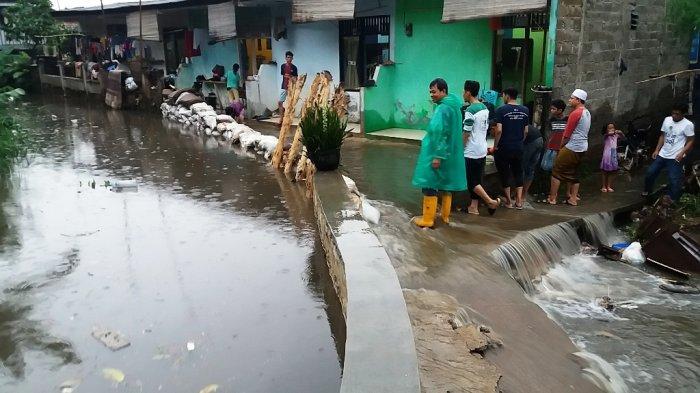 Surut, Tanggul Jatipadang Jebol Banjiri Rumah Warga