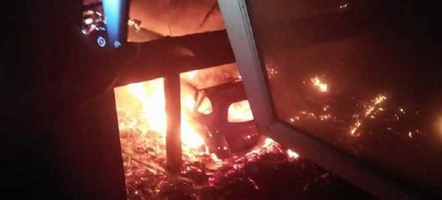 Show Room Mobil di Depok Terbakar