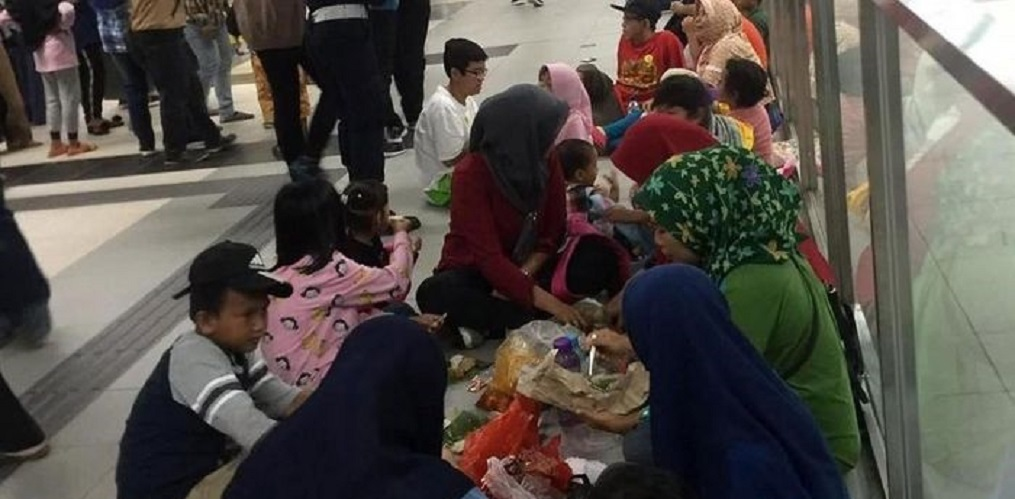 Asyiknya, Emak-emak Piknik di Stasiun MRT