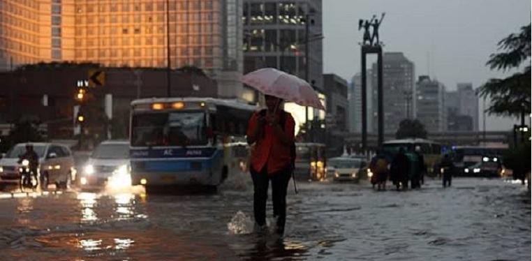 Sabtu Sore, Hujan Disertai Kilat Landa Jaksel