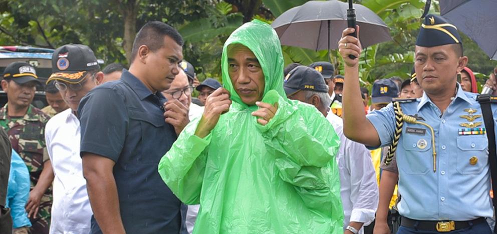 Presiden Jokowi Kenakan Jas Hujan Plastik Pemberian Warga