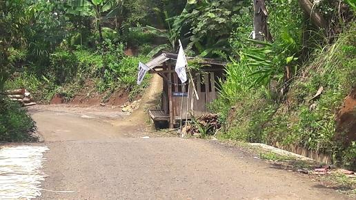 Pemuda Desa Pasang Bendera Penolakan Quarry