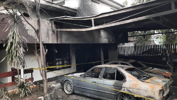 Bom Molotov di Pulo Gadung, Dua Mobil Mewah Hangus