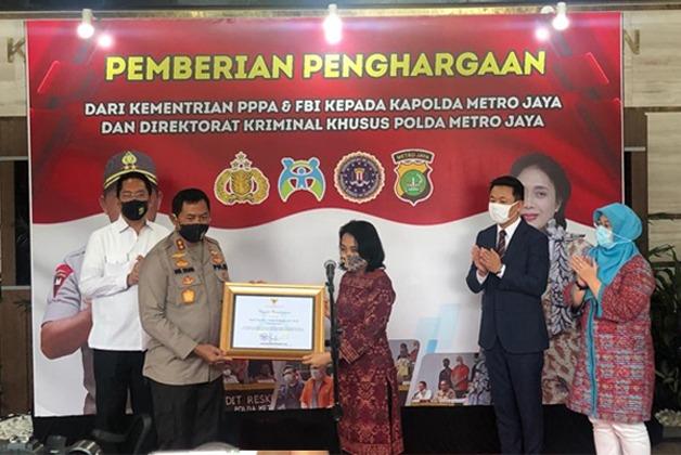 Bekerja Profesional Polda Metro Dapat Penghargaan Menteri PPPA & FBI
