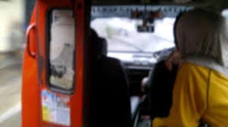 Dua Wanita Tenaga Medis Ditengkurapkan di Lantai Angkot