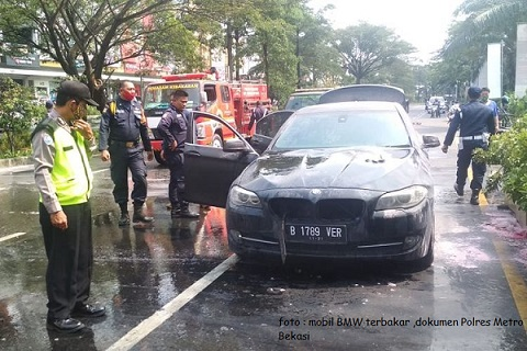 Warga Kaget, Mobil BMW Terbakar di Kawasan Summarecon Bekasi