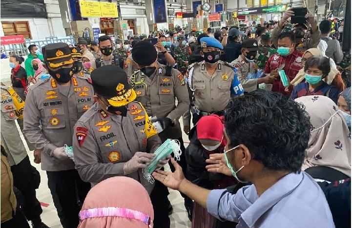 Irjen Fadil Imran: Masker Gratis Kita Bagikan di Seluruh Stasiun Jadetabek