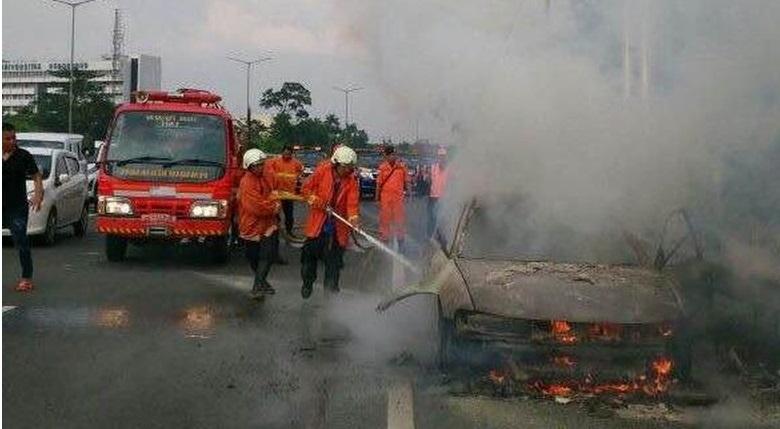 Mobil Sedan Ludes Terbakar di Cawang