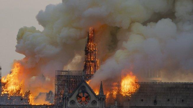 Gereja Katedral Notre Dame Prancis Terbakar