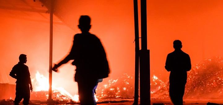 Puluhan Rumah Petak di Kolong Tol Ancol Terbakar