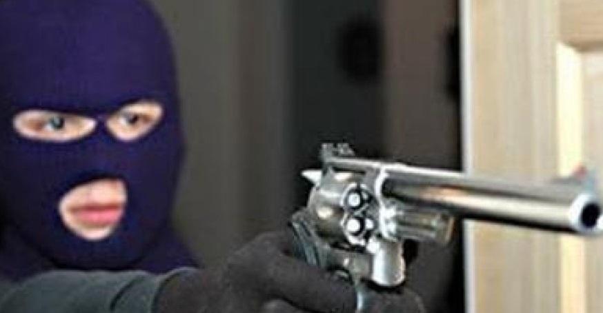 Dua Bandit Berpistol Rampok Alfamart