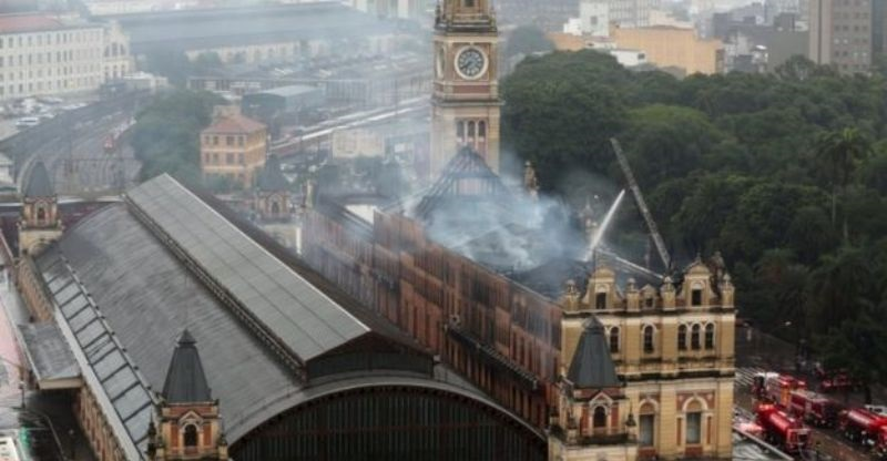 Stasiun Kereta Api di Inggris Dilalap Api