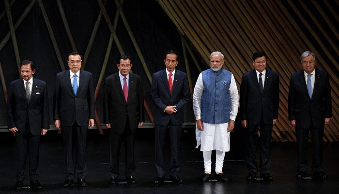 Pembukaan KTT ASEAN, Presiden Jokowi Diapit PM Kamboja & PM India