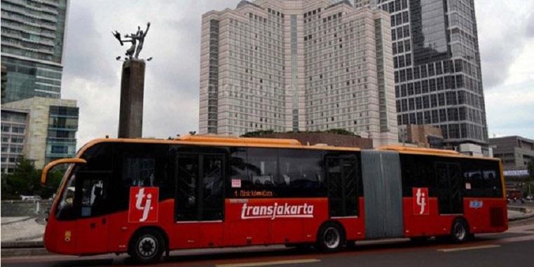 Spesial  Idul Adha, Petugas Trans-Jakarta Berbusana Muslim