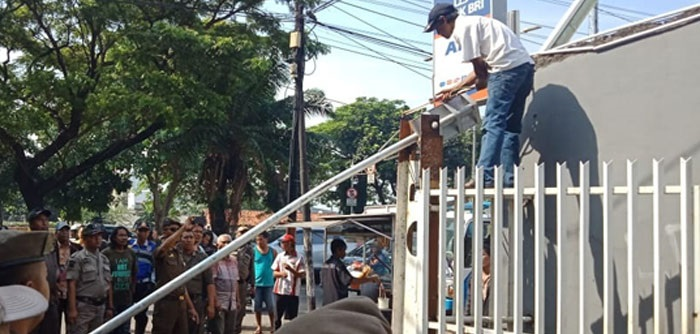 Warga Protes, Portal Dibongkar