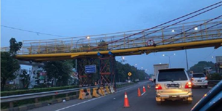 Jembatan Penyeberangan Orang di Tol Bambu Apus Ambrol