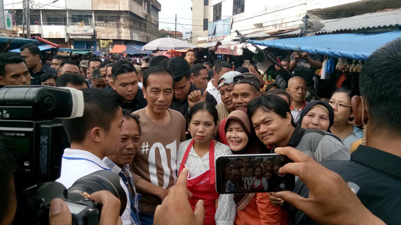 Pantau Harga, Jokowi Blusukan ke Pasar Gintung Lampung