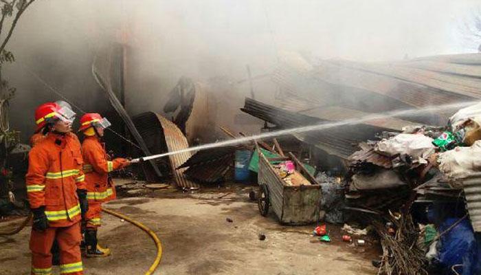 Lapak Pengepul Barang Bekas Di Kedoya Dilalap Api