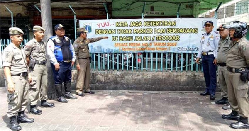 Satpol PP Pasang Spanduk Larangan Dagang Di Jalan Taman Sari