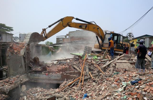 30 Bangunan di Kali Gendong Waduk Pluit Dibuldoser