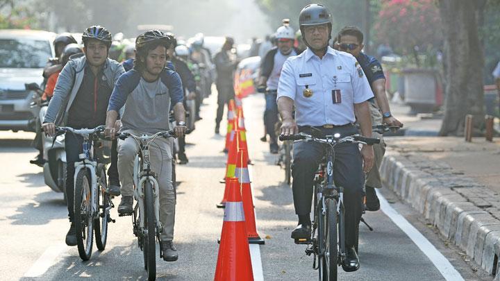 Hari Batik, Gubernur Anies Bersepeda