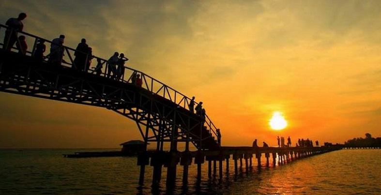Dua Pelajar Jakarta Loncat Dari Jembatan Cinta