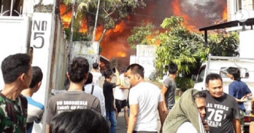 Pabrik Kaos di Kemandoran Ludes Terbakar