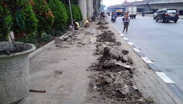 Trotoar Depan Kantor Walikota Jakut Dikeluhkan Pejalan Kaki