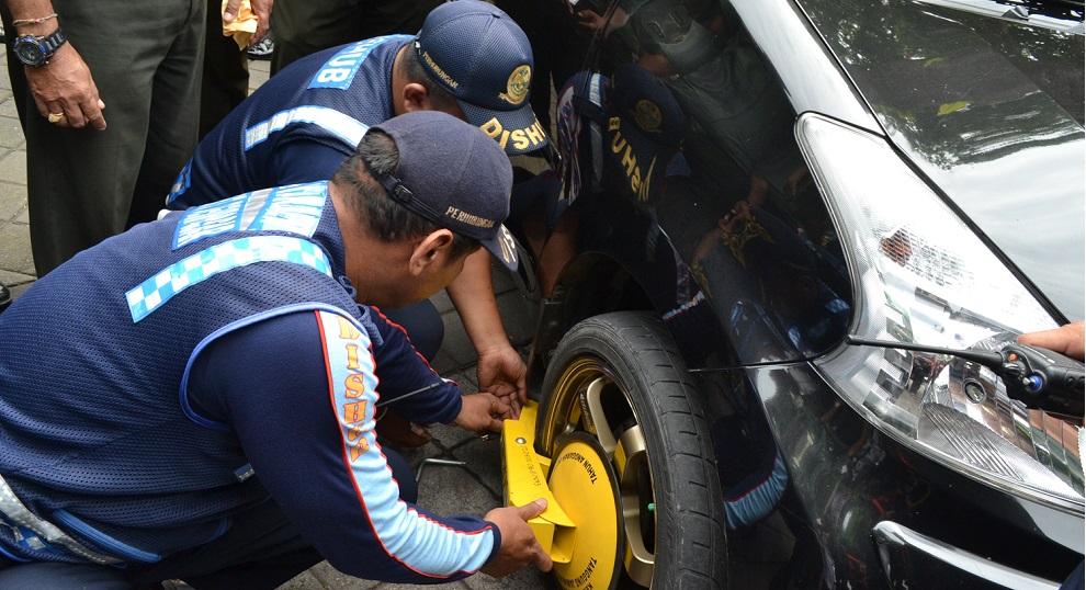 10 Kendaraan Langgar Trotoar di Kramat Jati Diderek