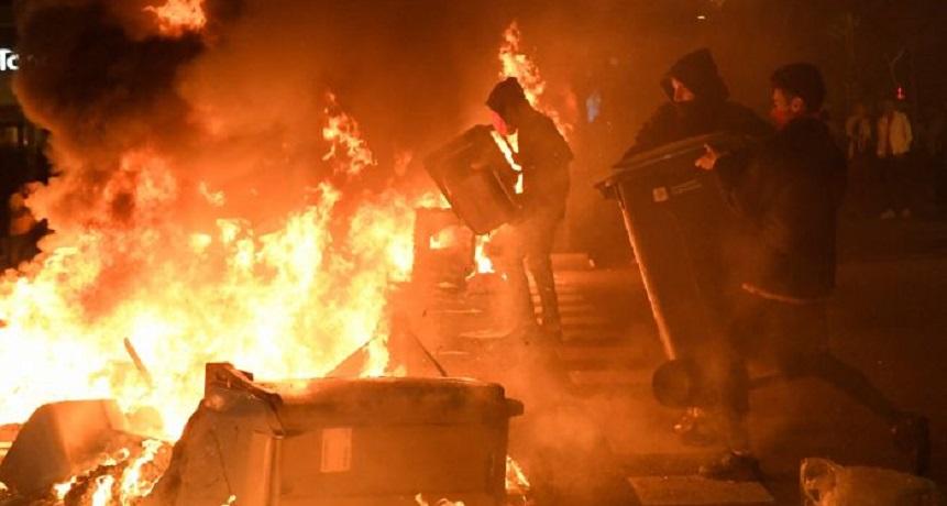 Polisi & Pengunjuk Rasa Kembali Bentrok di Barcelona