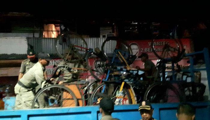 Truk Pengangkut Becak dari Jawa Diusir Satpol PP