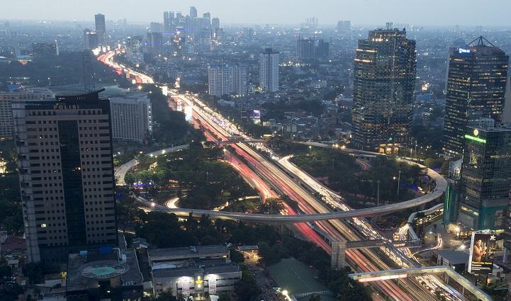 Simpang Susun Semanggi Dihiasi Ornamen & Lampu LED